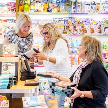 Joyce den Harder, samen met ondernemers in een boekenwinkel